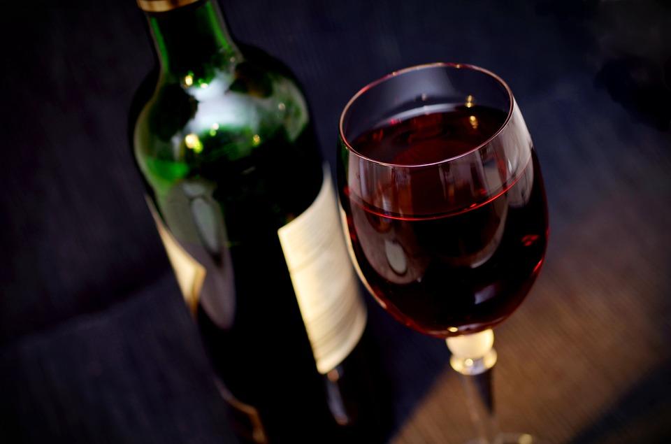 Vino rosso con bottiglia